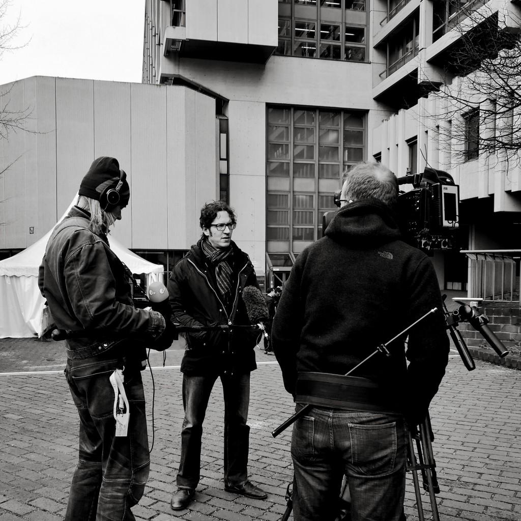 Stephan Kuhn, Rechtsanwalt der Hinterbliebenen des Attentats auf die Kölner Keupstraße zieht in der Mittagspause vor dem Münchner Strafjustizzentrum Fazit über den Prozess und den laufenden Verhandlungstag.