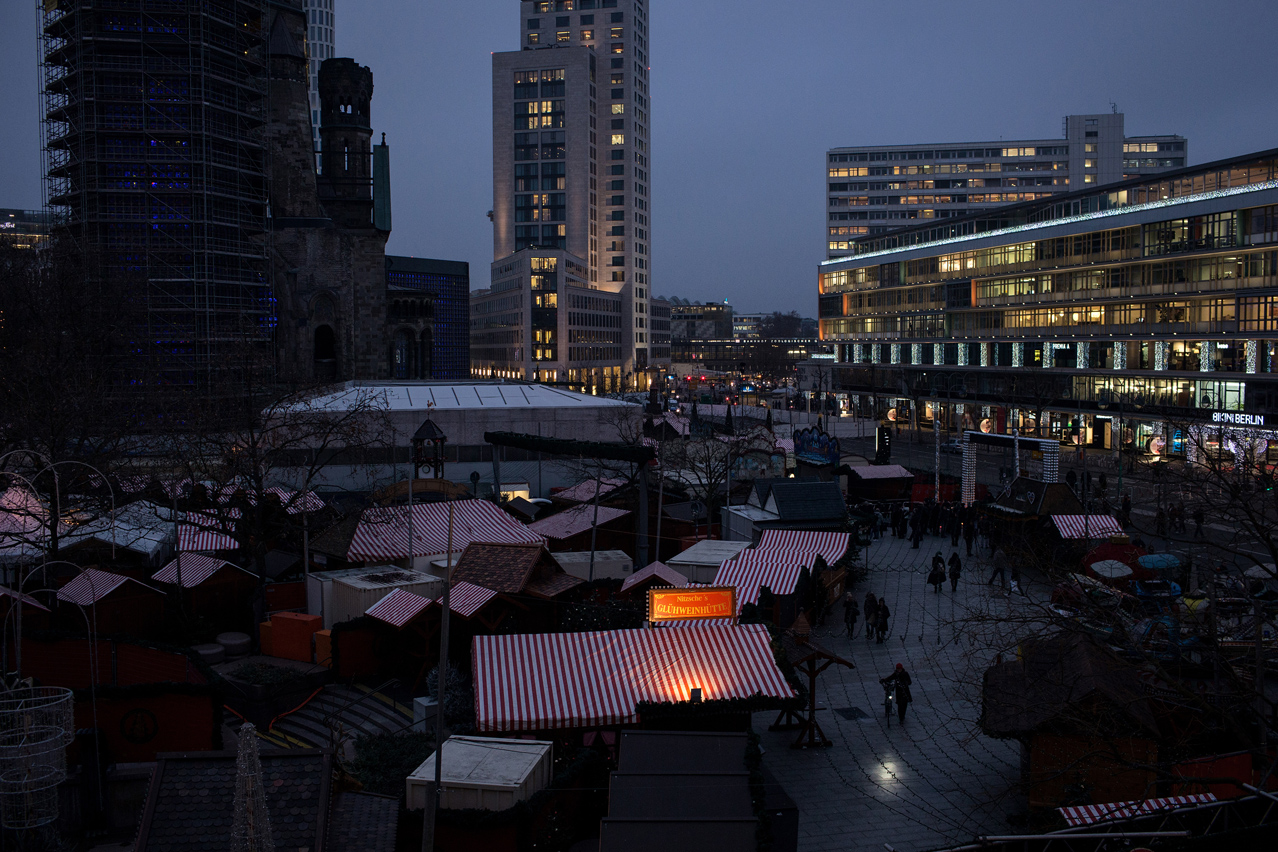 2016. A day after the lorry attack on the Christmas market at Berlin's Breitscheidplatz, a tense security atmosphere was dominating the site. The market stayed closed.